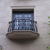 窓毎に独立したロートアイアンのバルコニー②