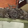 建物のデザインと一体のロートアイアンのバルコニー上部の装飾