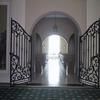 建物と外部を繋ぐロートアイアンのシルエットが美しいゲート扉②
