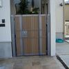 ロートアイアンを組み込んだ木製扉