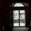 シルエットの美しいロートアイアンの入口扉④