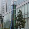 銀行に設けられた時計のモニュメントのシンボル①