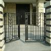 施設の大型門扉