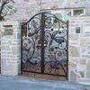 鳥の絵の個性的な住宅の門扉