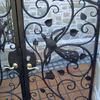 鳥の絵の個性的な住宅の門扉ディテール