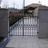 ガーデン風のアプローチのある門扉①