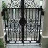 重厚な石造のアーチに組み込まれたクラッシクなデザインの重厚な門扉③