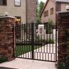 建物のアプローチに配慮してデザインされた門扉①
