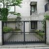 建物のアプローチに配慮してデザインされた門扉⑤