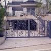 建物のアプローチに配慮してデザインされた植物のデザインの門扉
