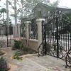 石柱に組み込まれたフェンスと重厚な門扉