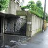特異な条件のエントランスに表情を与えるロートアイアンの門扉①