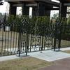 ガーデン施設のロートアイアンの門扉
