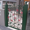 明るくて可愛いいデザインの幼稚園の門扉の子扉