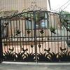 大きい門扉とアーチのある常用子扉の門扉