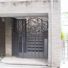玄関のロートアイアンの門扉①