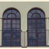 連続するアーチ窓と組み合わされたデザインのロートアイアンのバルコニー①