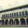 連続するアーチ窓と組み合わされたデザインのロートアイアンのバルコニー②
