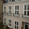 建築のデザインと一体の窓毎のロートアイアンの手摺①