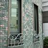 建物のデザインと一体のロートアイアンの窓ガードグリル①