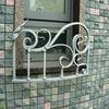 建物のデザインと一体のロートアイアンの窓ガードグリル②