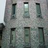 建築のデザインと一体の窓毎のロートアイアンの手摺②