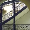 ロートアイアンで纏めたガラスのキャノピーと半外部の装飾階段①