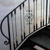 真鍮の捩じり棒を配したロートアイアンによる階段の装飾手摺①