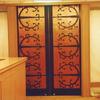 伝統的なロートアイアンの蝶番装飾の木製扉①