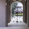 建物と外部を繋ぐロートアイアンのシルエットが美しいゲート扉①