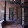 建物と外部を繋ぐロートアイアンのシルエットが美しいゲート扉③