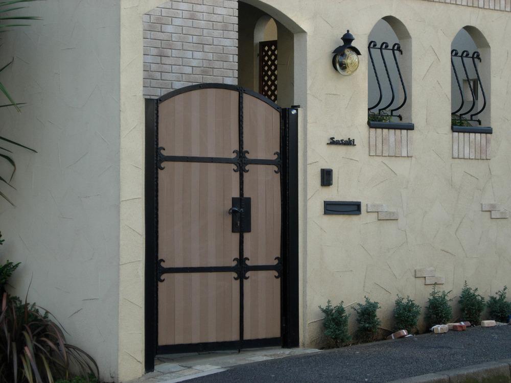 木製扉とレンガの壁の背景デザインのバスケット織り木に — ストック