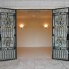 豪華なロートアイアンの玄関扉②