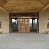 木製扉と玄関周りのロートアイアンの装飾