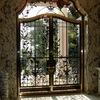 欄間と一体の豪華なロートアイアンの玄関扉②