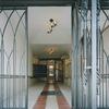 アプローチ空間を繋ぐロートアイアンのゲート扉