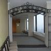 ロートアイアンによる回廊のアーチ装飾①