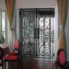 ロートアイアンの玄関内透かし扉