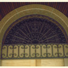 入口上のロートアイアンの半円欄間①