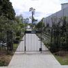 広いガーデンのエリアを区切る門扉②